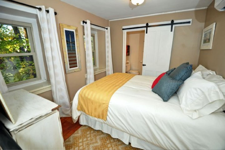Independence Room - Queen bed