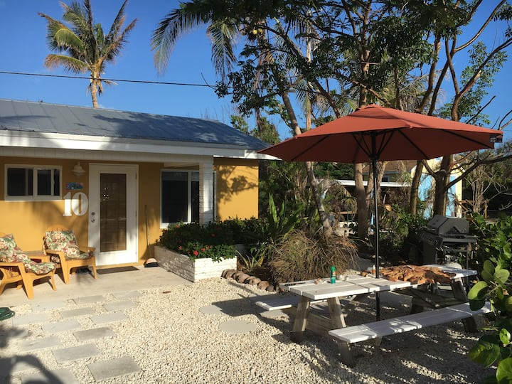 Fully furnished Efficiency 50 yards from ocean, 10
