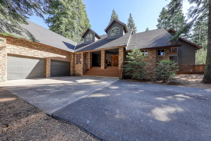 Large, secluded getaway in the woods with a loft, deck, and pool table