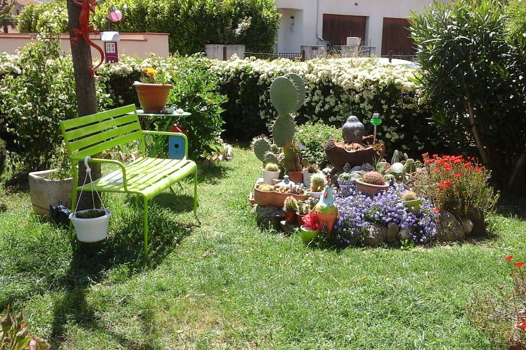 petit endroit de détente dans le jardin où il fait bon se reposer ou lire