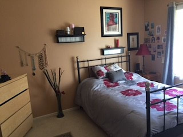 Bright MASTER SUITE walk to UCI - Irvine - Stadswoning