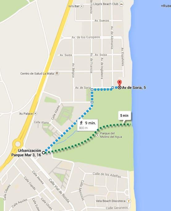 ligt direct aan zee door een wandel route via parque molino del agua