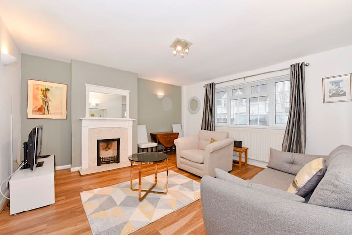 Cottage style apartment close to London rail link
