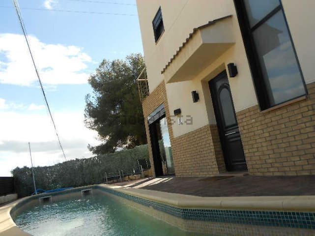 CHALET INDEPENDIENTE CON PISCINA - Cunit - House