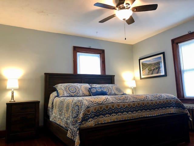 1st Master bedroom w/ King Bed