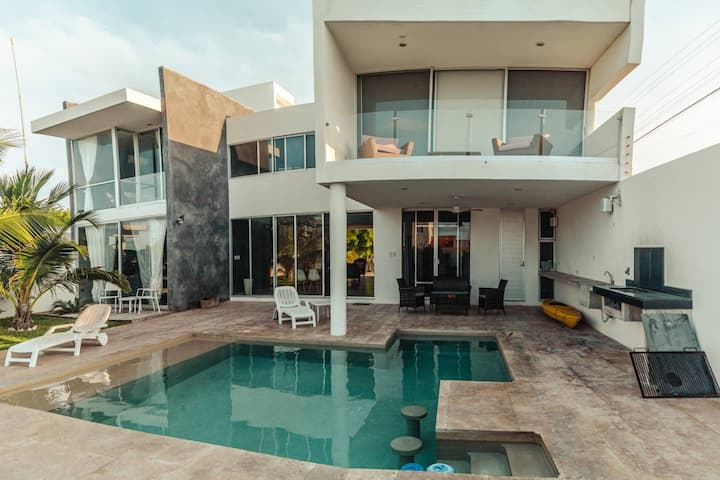 Breathtaking loft-style 3BR beach Villa, feel the inviting and cool vibe!
