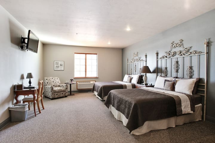 The Hudson: Room in Quaint Bank Hotel