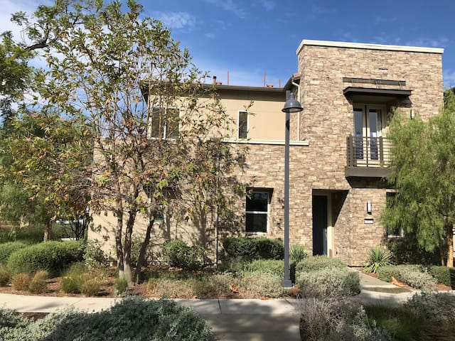 Townhome right on Beacon Park, 30min to Disneyland