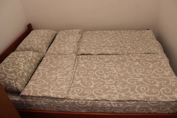 Spavaca soba, bracni krevet, dormeo dusek u jastuci