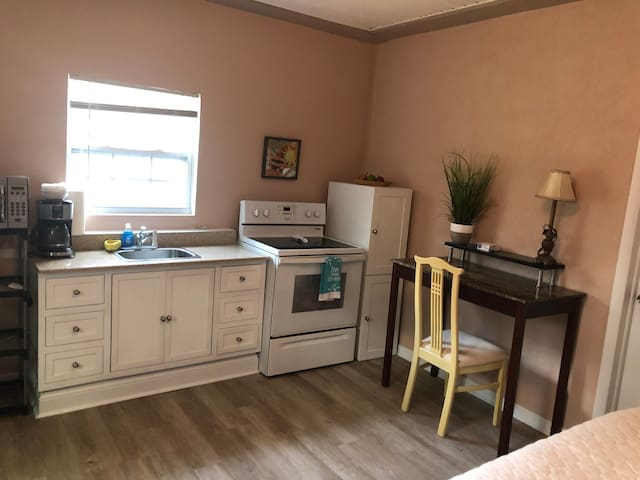 Dream Studio. Close to Mayo, Beaches and Downtown