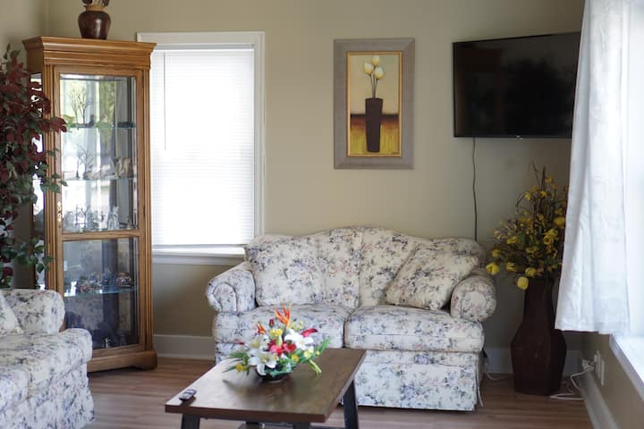Comfortable 2 BDRM on North Broadway