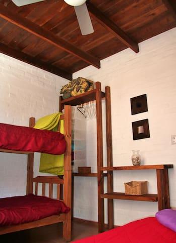 Dormitorio secundario, con espacio para tres