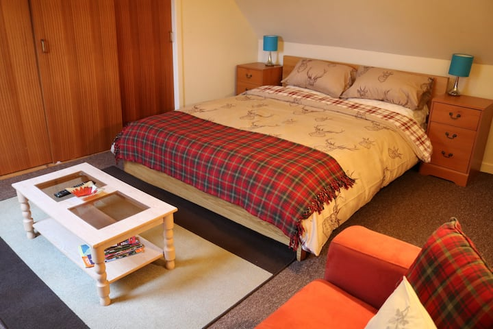 Owl's Hoot Cottage - Double bed room with sofa bed