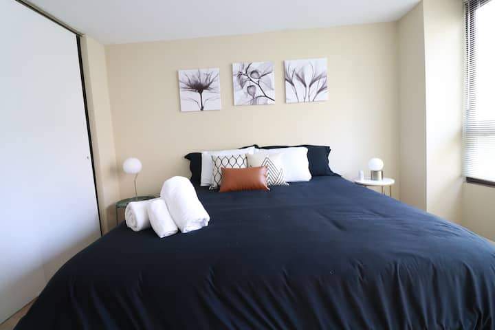 Luxury 2BDR w/ King Bed Centrally Located in Loop