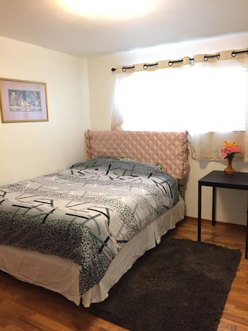 Near Bellevue Factoria mall clean bedroom