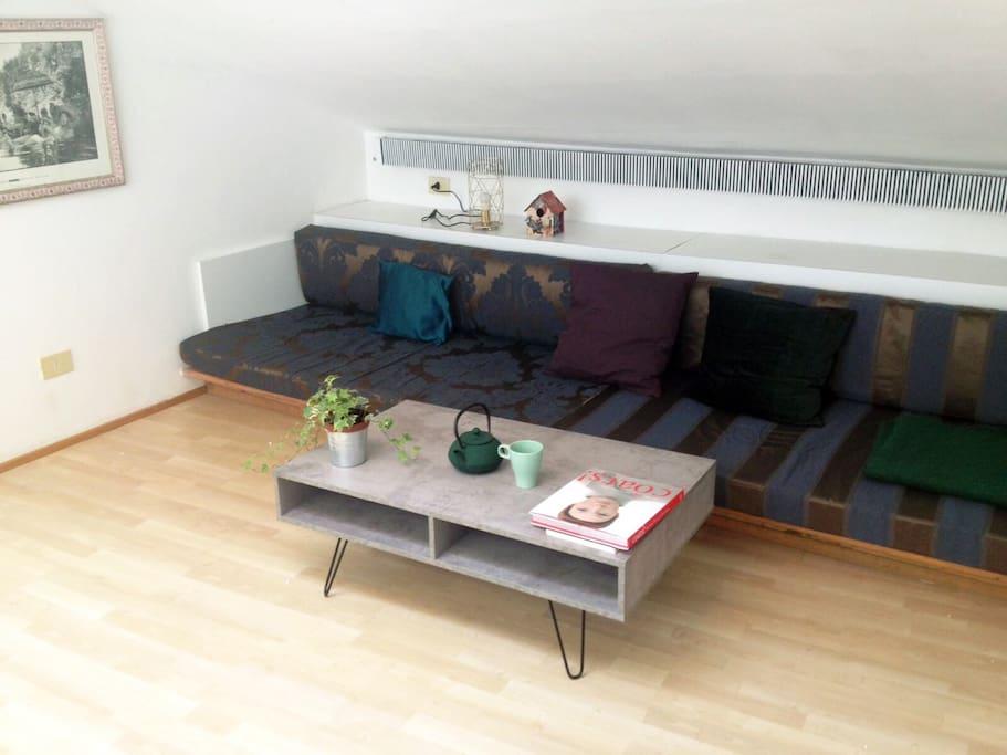 Living room with a king size sofa bed | Salotto con un grande divano letto
