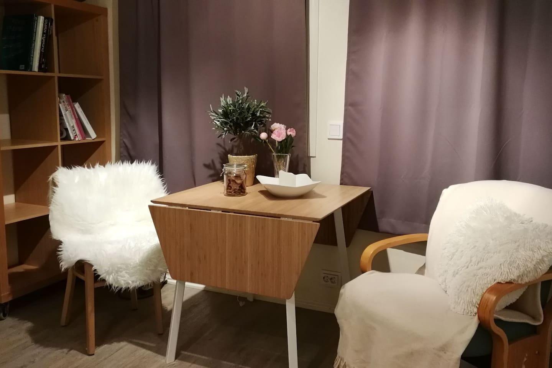 Spisebord med to stoler