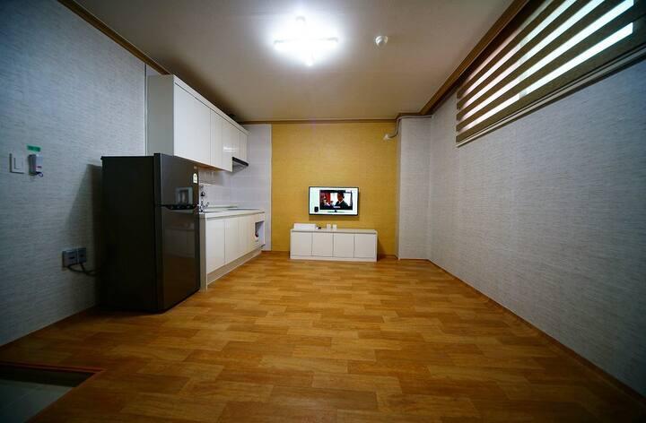 아담하지만 거실과 온돌룸으로 분리 되어 있어 편하게 보낼 수 있는 15평투룸 101호