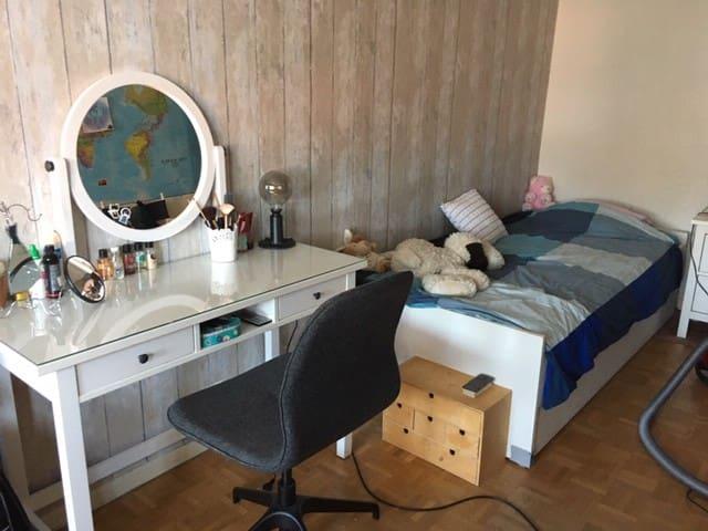 Slaapkamer 3: leuke grote tienerkamer, slaapkamer met studeerbureau, boekenkast en kaptafel.