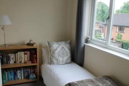 Private room to rent in ecclesfield - Talo