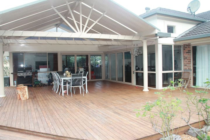Ultimate  entertaining - Bush, Beach, Pool & Pizza - Thirroul - Hus