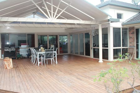 Ultimate  entertaining - Bush, Beach, Pool & Pizza - Thirroul