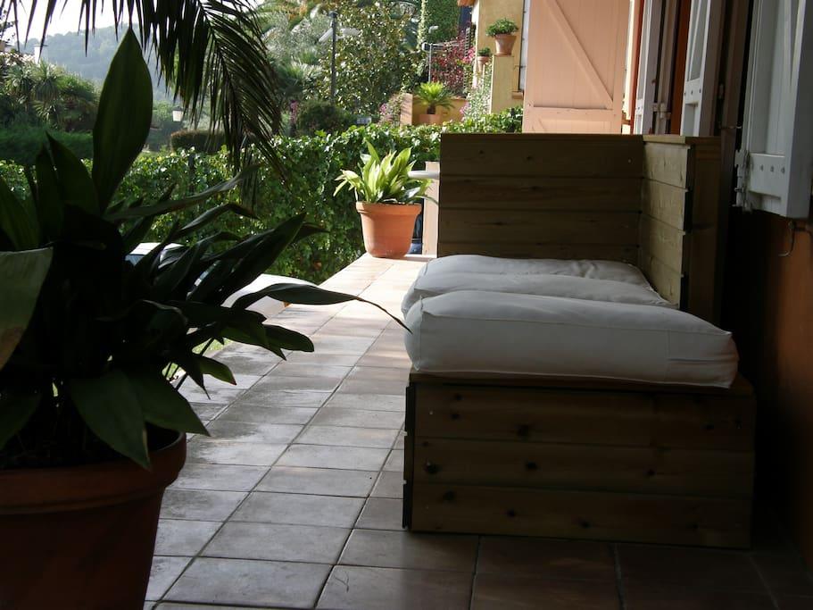 terraza exterior con sofa y mesa