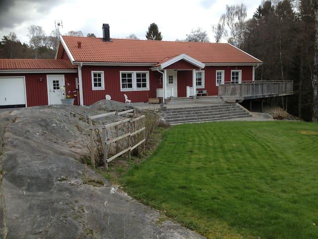 NATURNÄRA HUS MED NÄRHET TILL GOLFSPEL - Kungälv Ö - Casa de campo