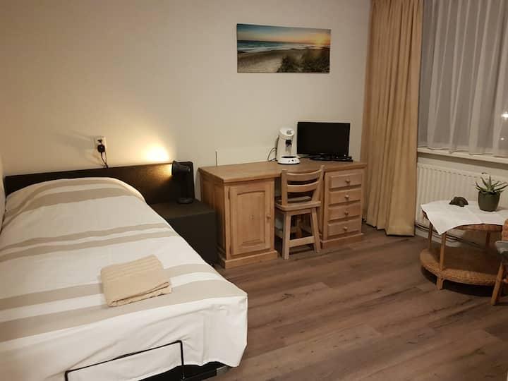 Ruime lichte kamer met electrisch verstelbaar bed