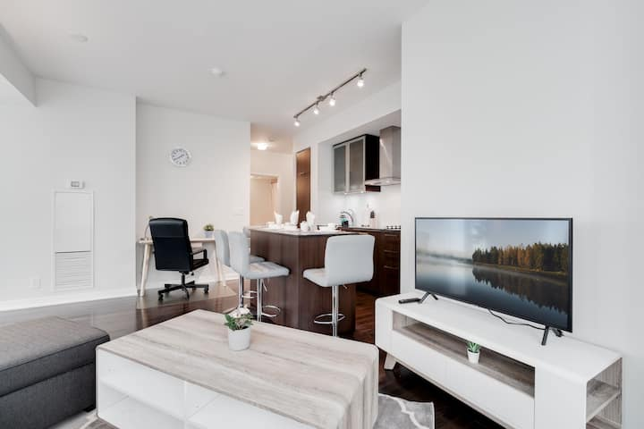 2BR/3BED Lakeview W/Parking,CN, MTCC, ScotiaArena!