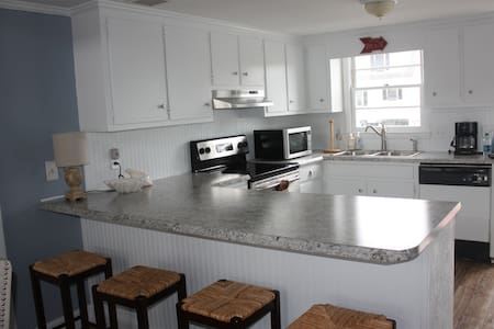 Renovated Beach Cottage on Canal - Ocean Isle Beach - Talo