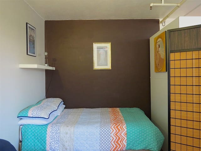 Sleeping alcove with 100% cotton bedding