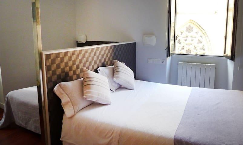 Habitación con doble cama de matrimonio en Getaria