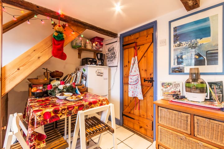 Charming village cottage - Temple Ewell