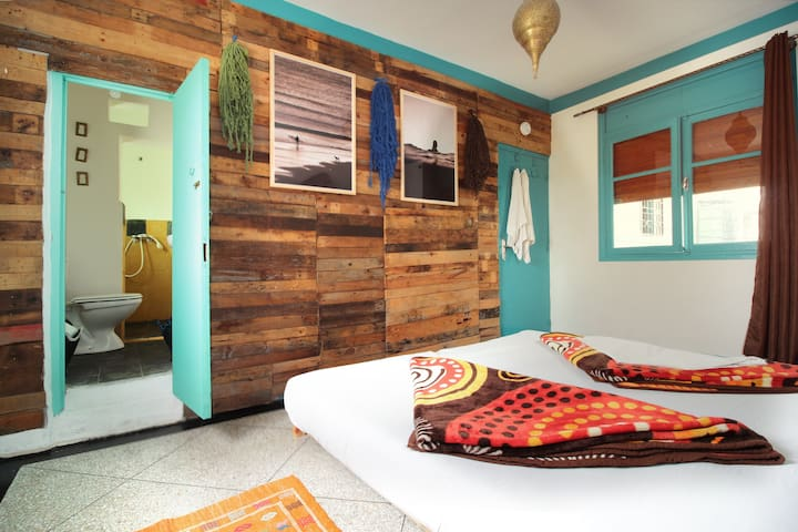 Twin beds room & private shower with sea view