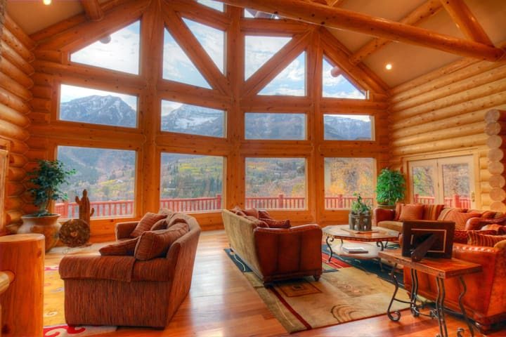 Lookout Pointe- Luxury Lodge, Spectacular Mountain Views, Hot Tub, Fireplace