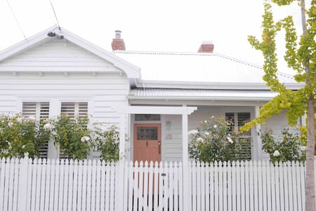 WHITE COTTAGE - LUXE 3 Bed House North Hobart