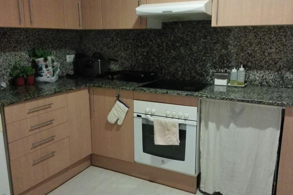 Amplia cuina, amb petits electrodoméstics, cafetera, microones, rentadora......