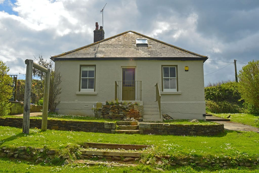 Caudry cottage is a historic cottage built around 1918. It is furnished in a contemporary classic style.