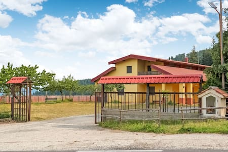 Traditional Holiday Home in Parenti with Garden