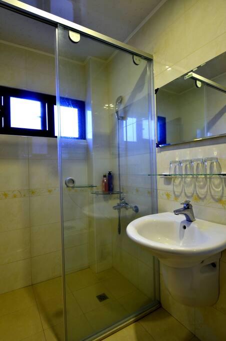 乾濕分離,自然通風浴室。