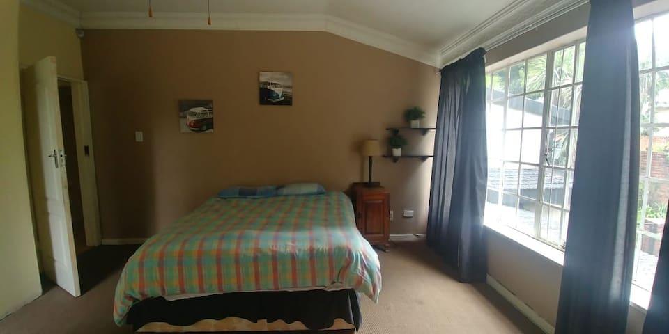 Spacious luxurious En Suite Near Sandton & Melrose