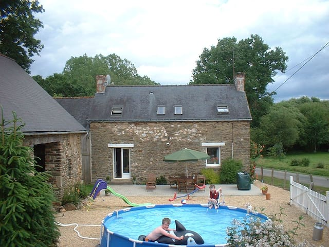 Rural Brittany Farmhouse / Gite Rurale Bretagne - Josselin - Casa
