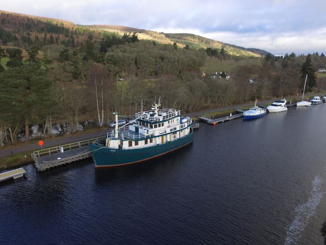 Alba Cabin on Luxury Trawler Yacht, Loch Ness - Inverness - Barco