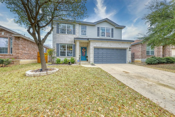 Charming family friendly home, enclosed backyard & 20 miles from San Antonio!