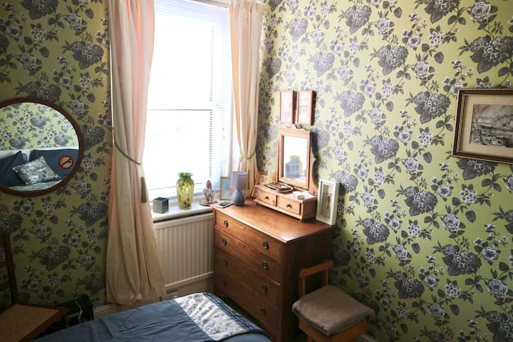 Whitby, Fernbank.  A Victorian cosy room for 1.