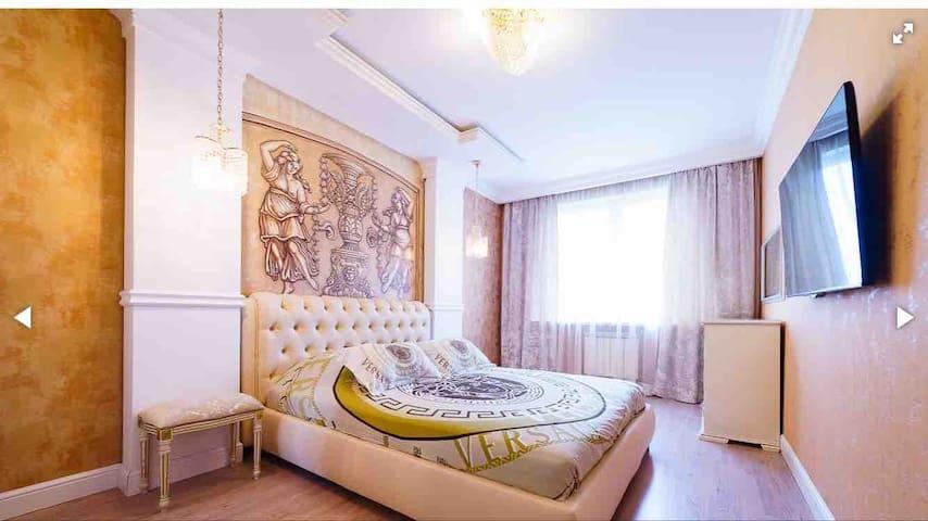 Удобная двухспальный кровать с ортопедическим матрасом . 4 подушки (70/70 и 40/70)