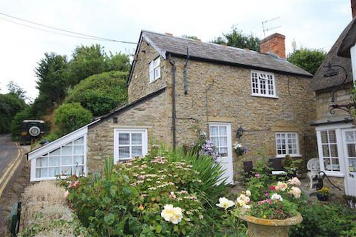 Old Pottery cottage.  Min 3 nights - Burton Bradstock  - Haus