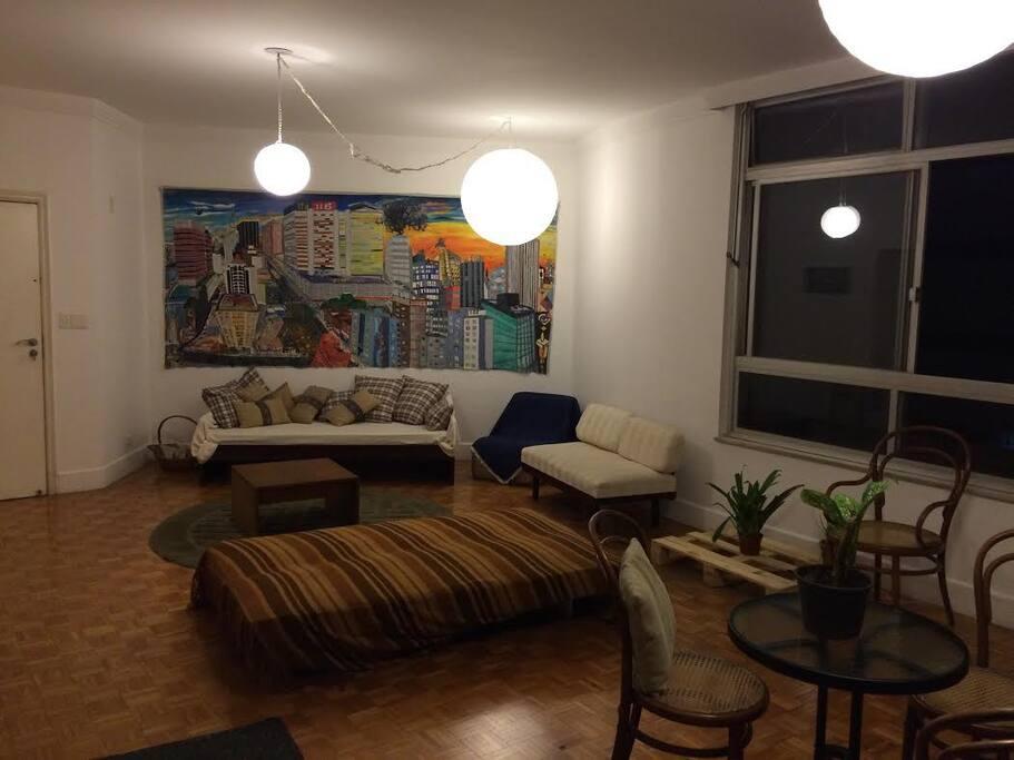 Living noturno: quadro do artista plástico Marcelo Siqueira, sofá-cama aberto