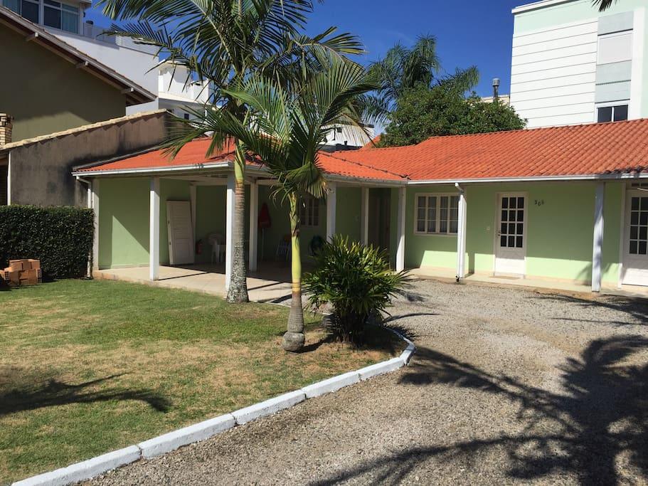 Frente / garagem / jardim